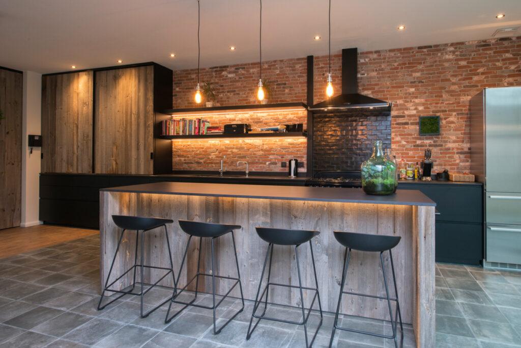 Industriële keuken met baksteen